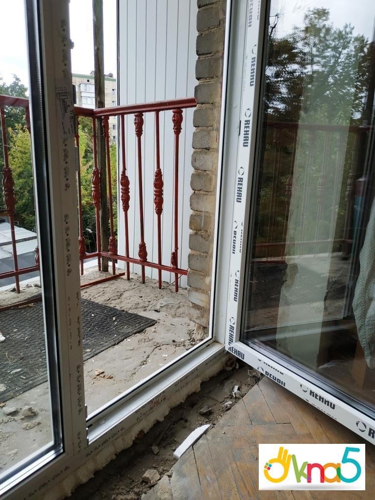 Пластиковые двери на балкон в профиле Rehau