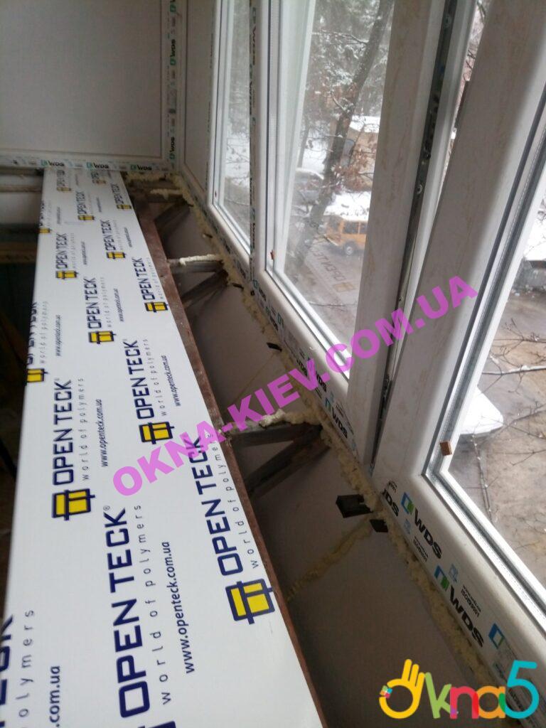Пластикові підвіконня Опентек на балконі з виносом